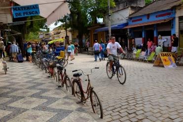 Des vélos partout! De préférence vieux, rouillés et apparemment indestructibles