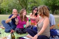 Nos amis, Luiza au centre, sa mère à droite, et des yogis chantants