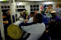 Dans le traversier de retour. Orchestre de samba impromptue.