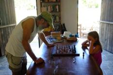 Anaïk et son nouveau partenaire d'échecs à Trancoso
