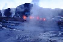 Changement d'ambiance. Vers 6h30 du matin, après 90 minutes de route dans le noir sur des routes de terre. On arrive sur le plateau des geysers... Et on n'est pas les seuls!