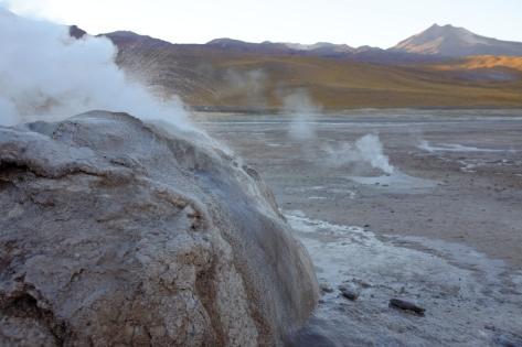 Les geysers fument beaucoup, bouillonent, et crachent quelques goutelettes