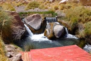 Plusieurs bassins et cascades au milieu des caillous et des cactus