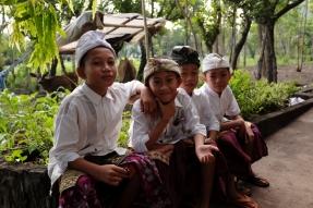 Groupe de garçons devant l'école religieuse.