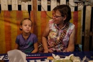 Anaïk et sa nouvelle amie Sylvie mangent au Night Market de Luang Prabang
